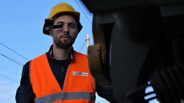 Important considerations when selecting headworn devices for your field service engineers