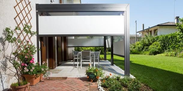 Pergola bioclimatica addossata per terrazzi e giardini da sfruttare tutto l'anno