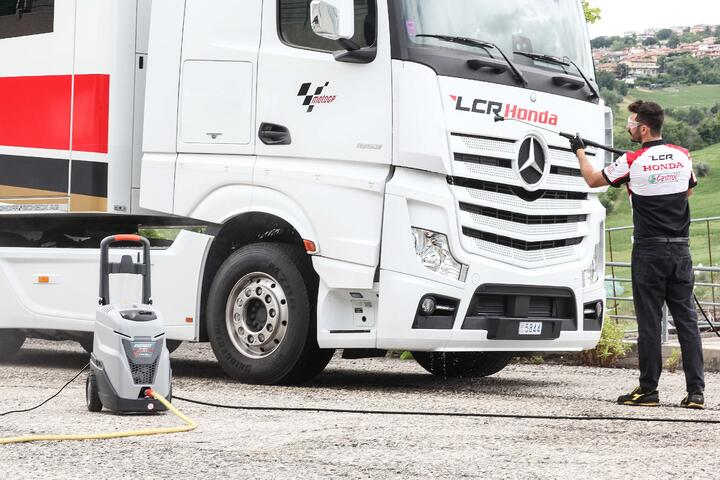 CLEANLINESS IN THE TRANSPORT SECTOR: COMMERCIAL VEHICLES, LOGISTICS CENTERS AND WAREHOUSES ALWAYS WASHED AND CLEAN