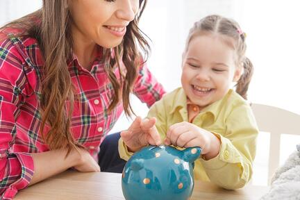 child-mom-piggy-bank-finanacial-management