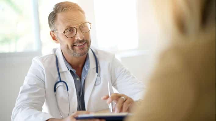 doctor explicando el procedimiento de radiocirugia a paciente