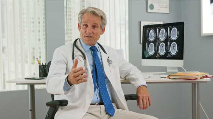 doctor en consultorio explicando un diagnostico