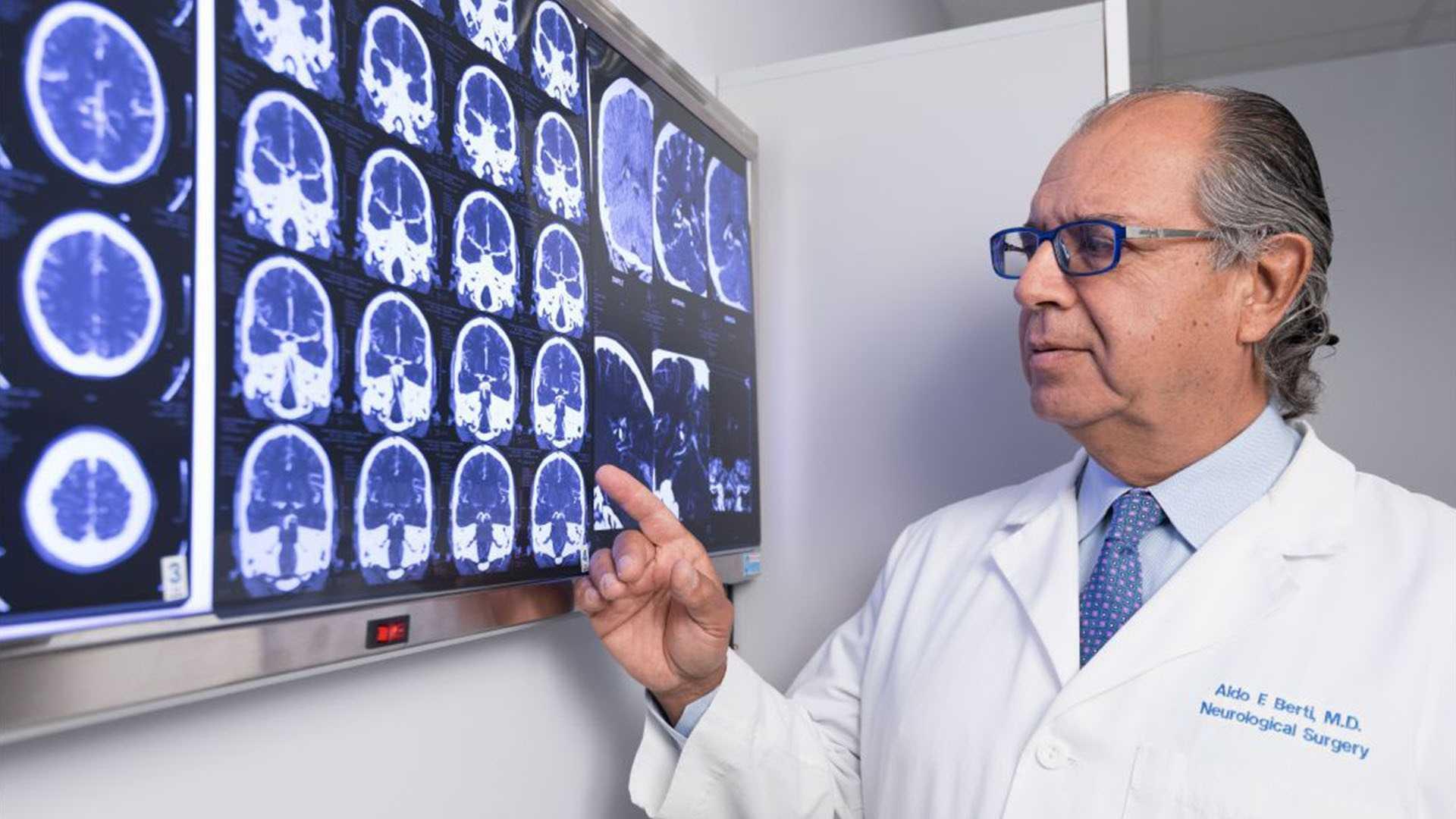 doctor de gamma knife analizando una radiografia del cerebro