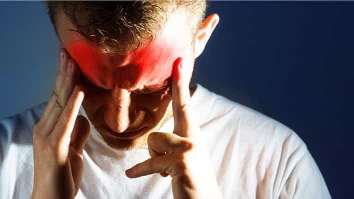 hombre joven con dolor de cabeza