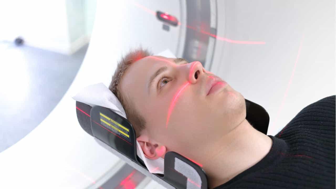 hombre joven en una resonancia magnetica