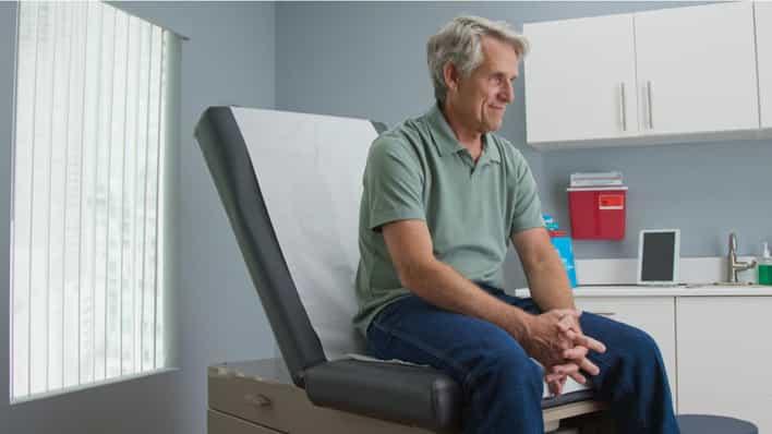 paciente sentado en una consulta con el medico