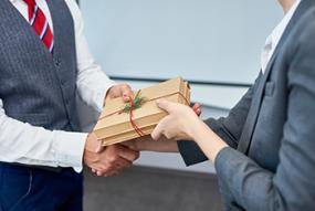 Compliance zur schönsten Zeit des Jahres: 5 Tipps, wie Sie auch zu Weihnachten das richtige Geschenk für Geschäftspartner finden!