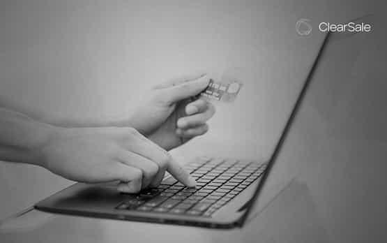 Pessoa roubando dados bancários na internet