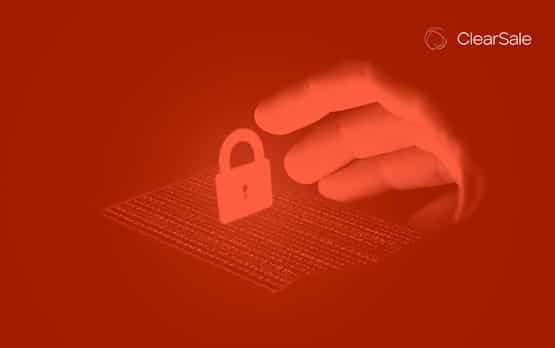 uma mão alcançando um cadeado, ambos representando a cibersegurança