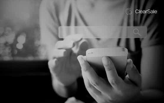 Mãos de uma mulher fazendo uma busca no smartphone sobre seo para ecommerce