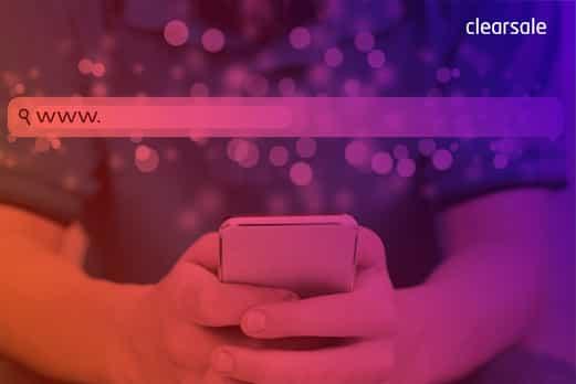 Homem segurando um celular com ambas as mãos enquanto faz uma pesquisa na internet sobre cybersquatting