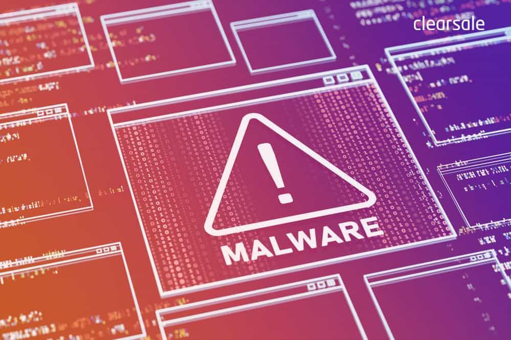 Placa mãe de notebook com o símbolo de atenção para indicar o que é malware