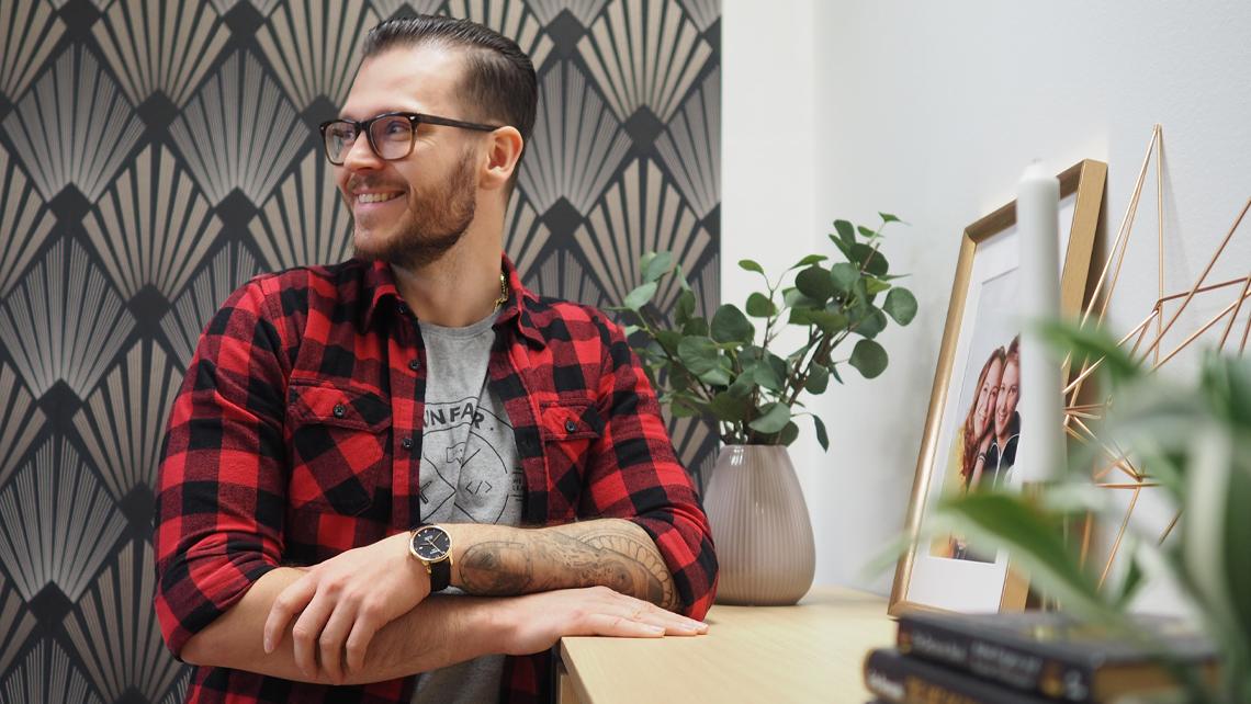 Henri Lilius Unfairin toimistolla. Henrillä tulee keväällä 2021 viisi vuotta täyteen Unfairilla työskentelyä.