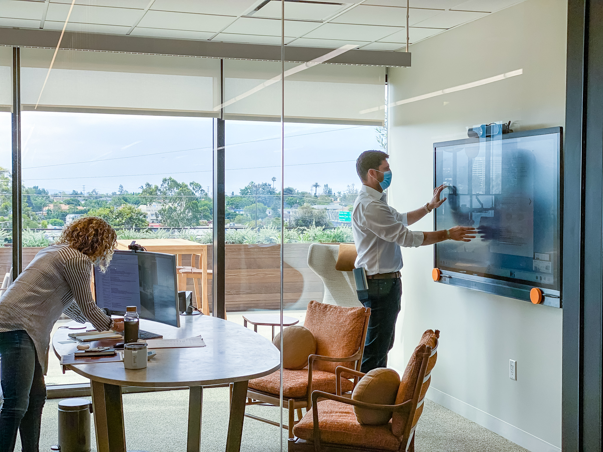T1V-ThinkHub-USC-Ellison-Institute-Meeting-Room-Touchscreen-Social-Distancing-with-Masks-ThinkHub-Collaboration-Interactive-Software-CA-2020 (1)
