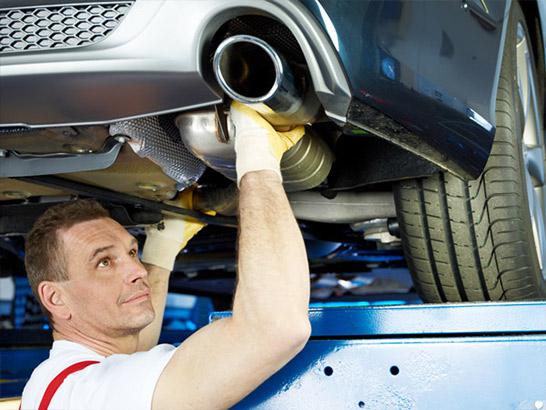 Auspuff-Reparatur beim Ford