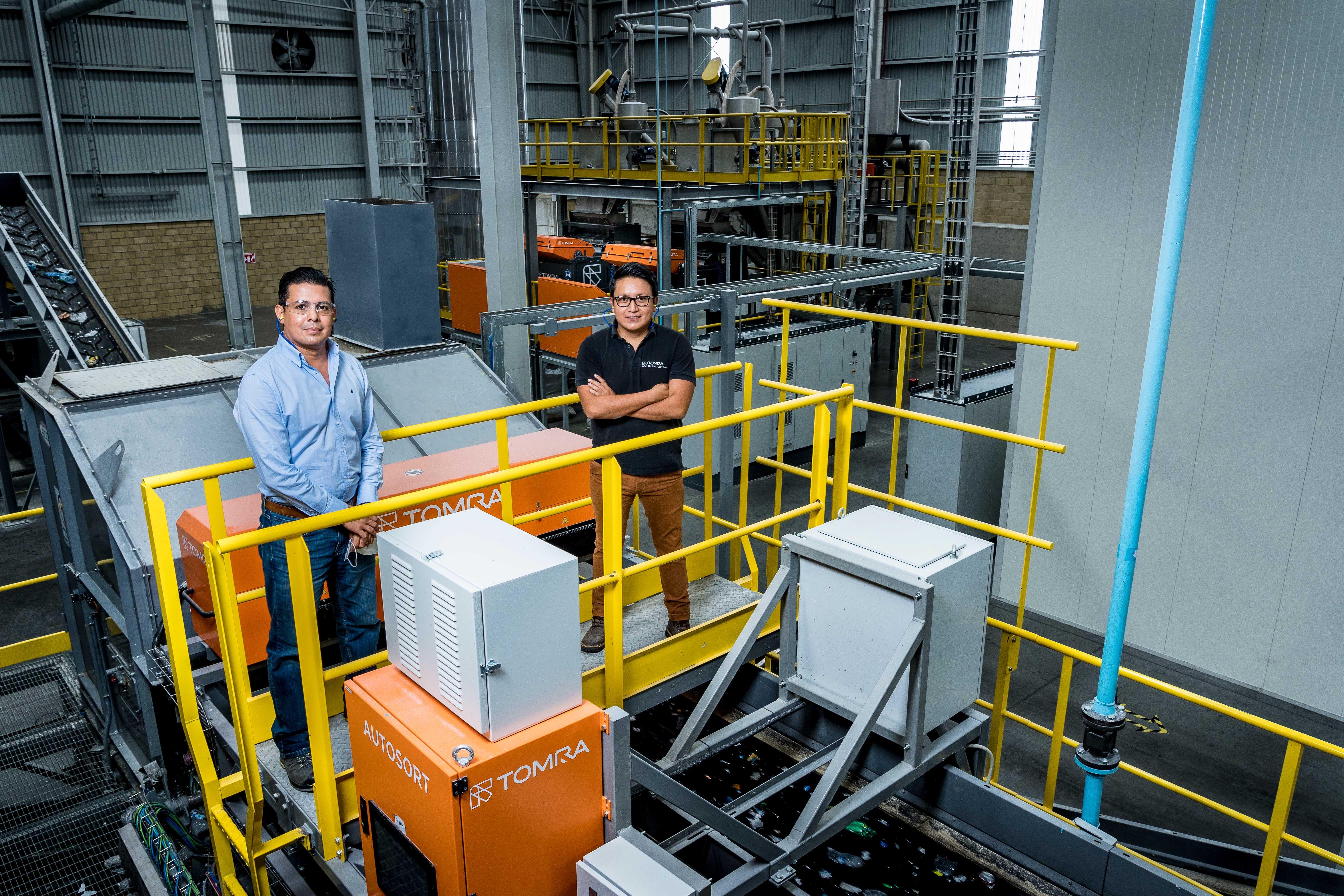 Ing. Alejandro Barraza Vazquez,Gerente de Operaciones en Indorama Ventures Ecomex, y Julio Barrientos, Recycling Sales Manager de TOMRA en México_